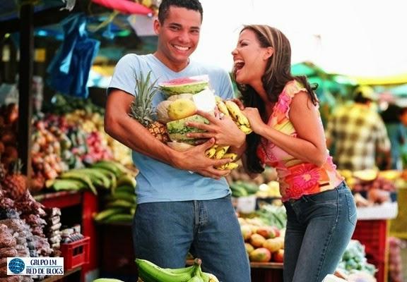 Compra frutas y verduras para incluir en tus comidas