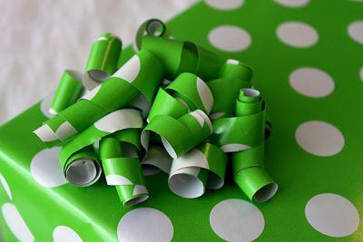 12 Ide Kerajinan Tangan dari Kertas Kado Bekas Yang Unik  5945064127