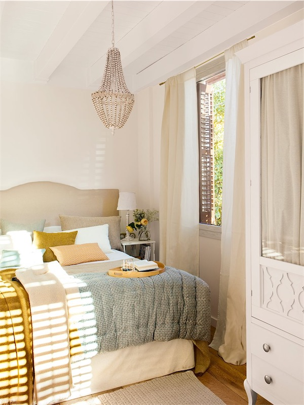 lámpara de araña de bolas de madera en el dormitorio