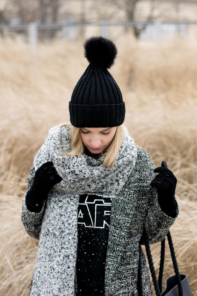 Melanżowy płaszcz i minimalistyczne szarości
