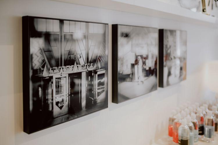 jak powiesić obraz na ścianie