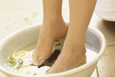 merendam kaki untuk menghilangkan bau