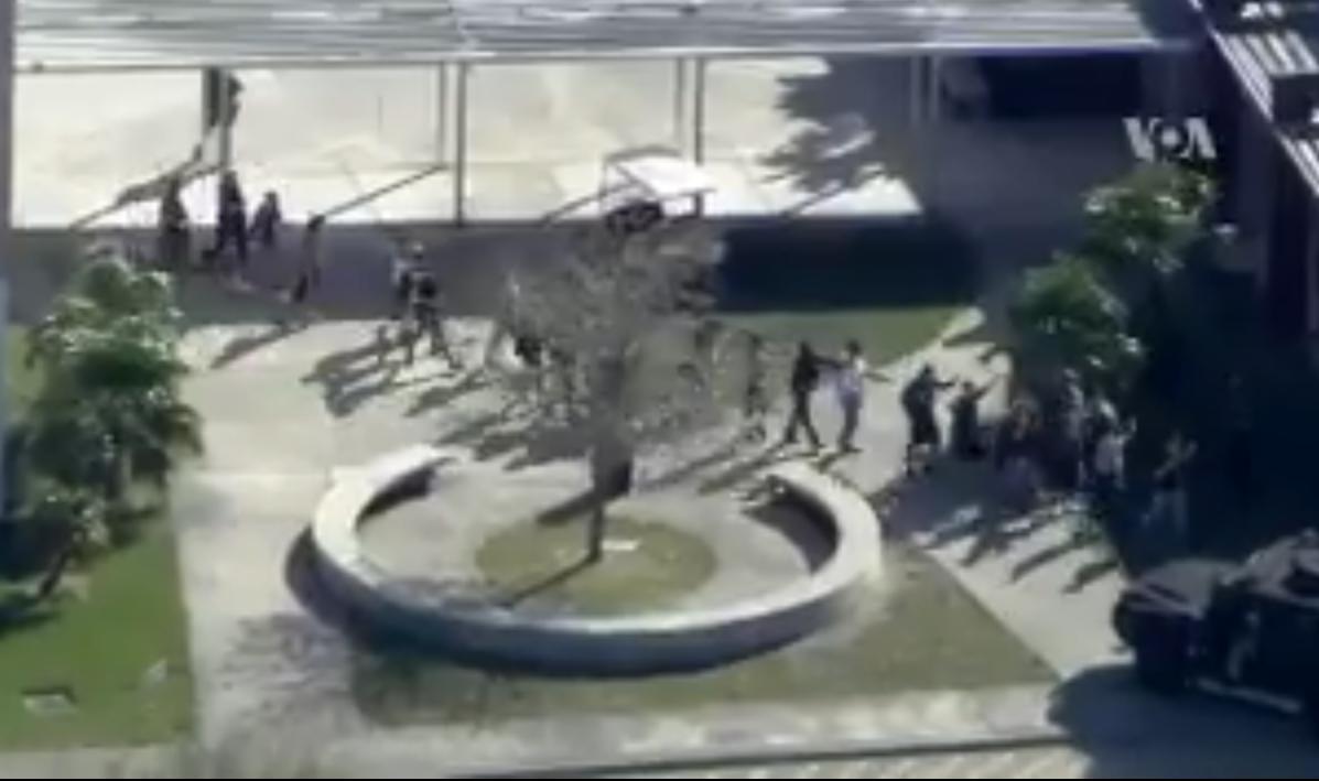 Policía evacuando a los jóvenes dentro del colegio de la Florida / VOA