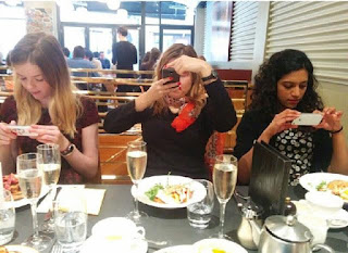 25 Pictures That Prove Technology Is Ruining Society - Who needs to talk when out at dinner?