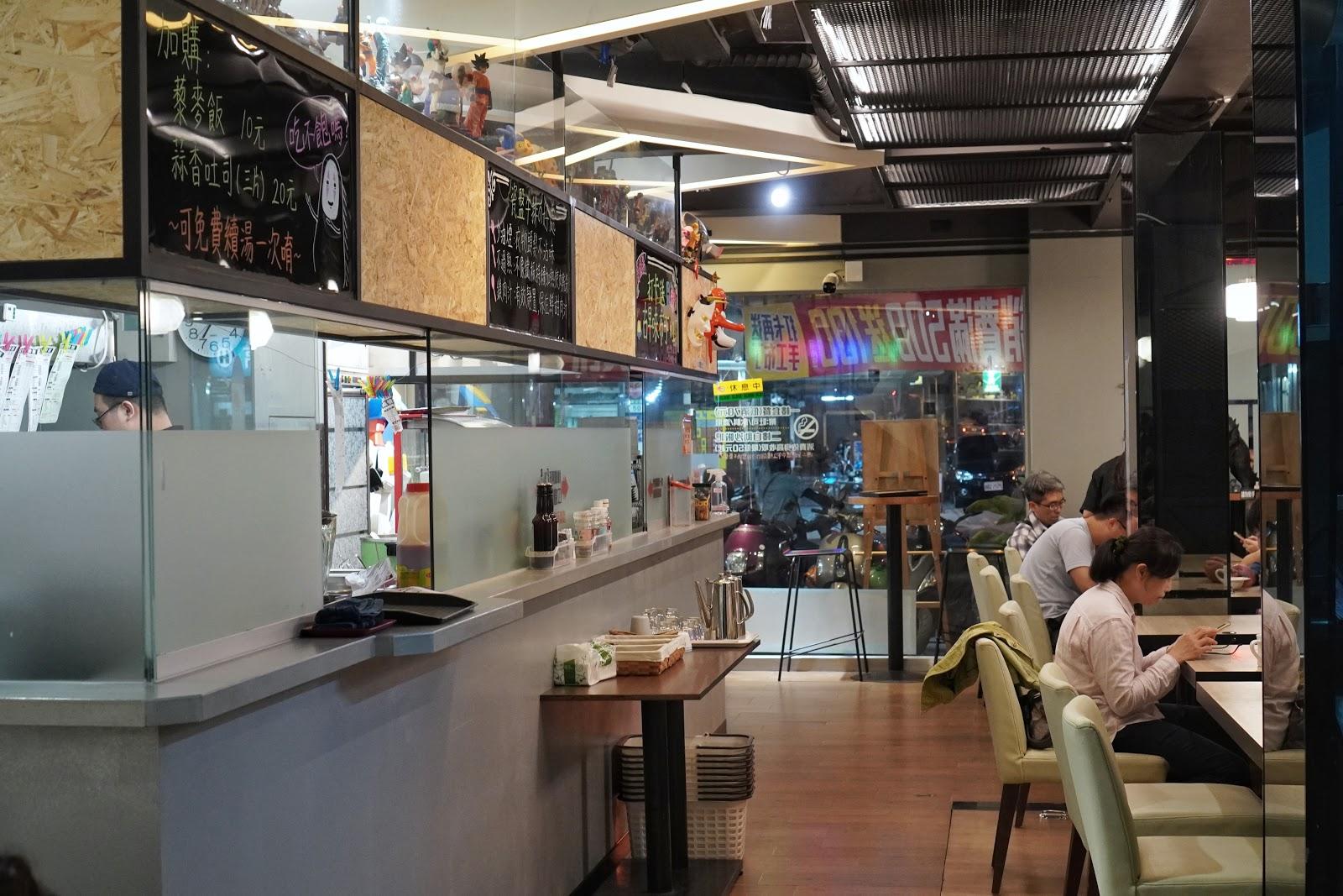台南東區美食【大大力牛排館】一樓用餐環境