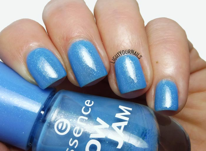 Smalto azzurro Essence Goofy Blue (Snow Jam Trend Edition) blue nail polish