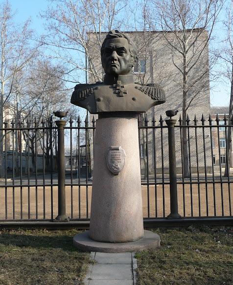 Миколаїв. Пам'ятник адміралу М. П. Лазарєву