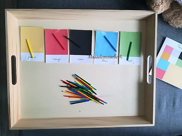 Tri de couleurs avec bâtons colorés et cartes de nomenclature