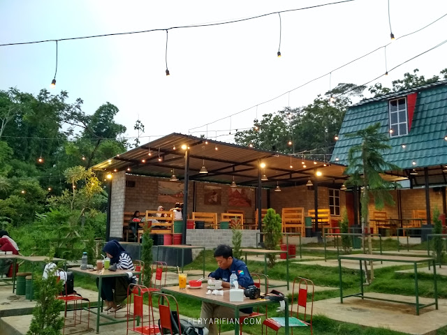 feryarifian food blogger malang ling ling green barn cafe outdoor di malang