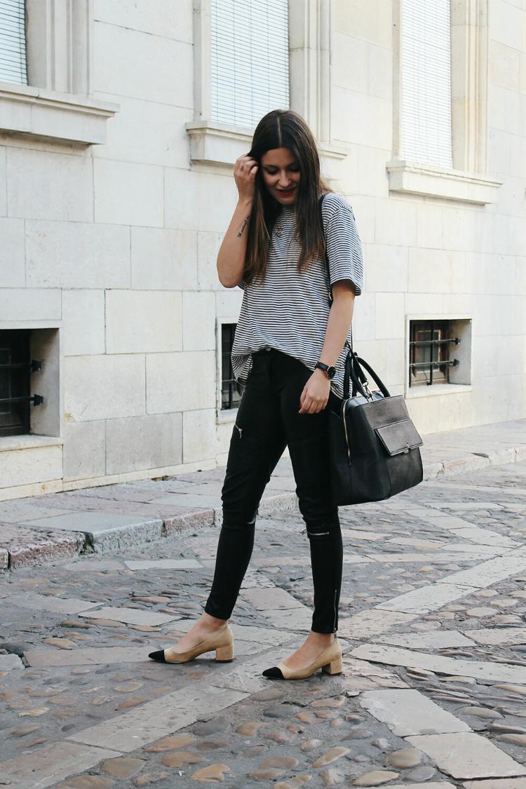 Outfit cómodo con camiseta de rayas y pantalones de cuero
