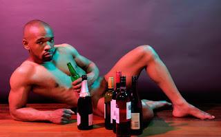 Los heteros se sienten más atraídos por otros hombres cuando beben alcohol