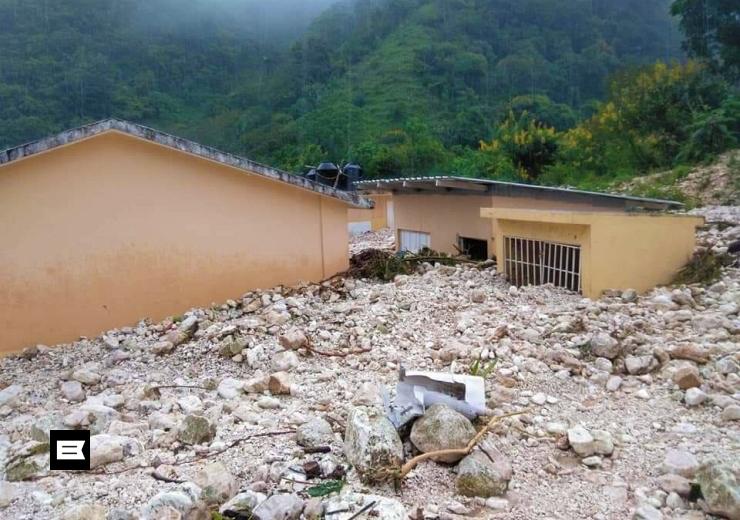 Crecida de arroyo sepulta casas y negocios en Barahona