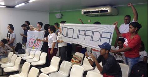 Estudantes ocupam sede da Câmara Municipal de Arapiraca