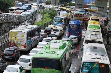 Trânsito ocasiona pelos carros alegóricos na manhã deste sábado (2) (Imagem: Reprodução/Internet)