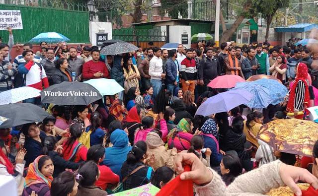 Guest Teacher ने Delhi Education Minister मनीष सिसोदिया के आवास को क्यों घेरा?