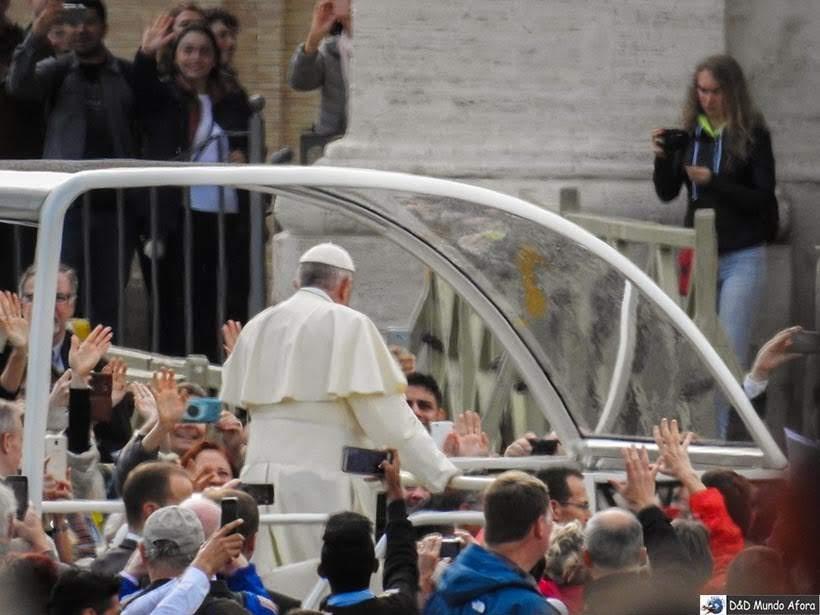 Papa Francisco chegando de papa móvel na Praça São Pedro - Como ver o papa no Vaticano