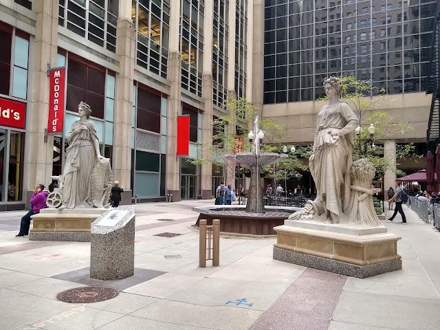 Чикаго. Статуи промышленности и земледения у здания Чикагской торговой палаты