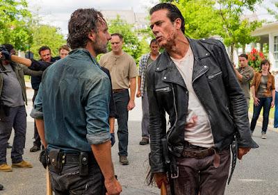 Rick Grimes (Andrew Lincoln) e Negan (Jeffrey Dean Morgan) nell'episodio 8