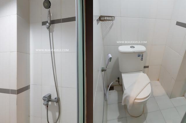 Kamar mandi di RedDoorz dekat Simpang Lima Semarang