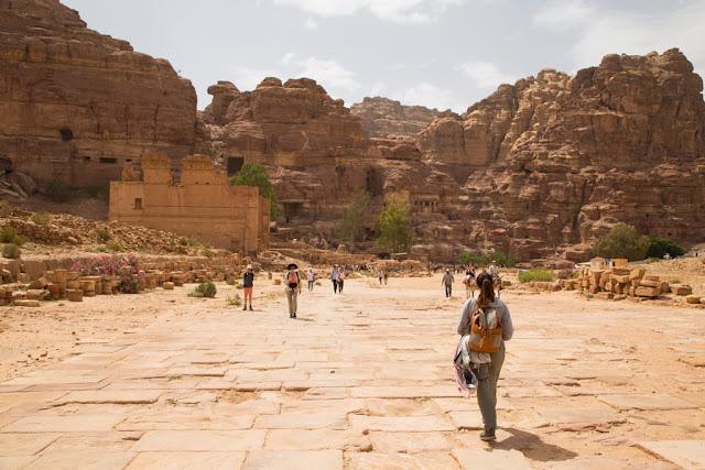 Qasr al-Bint desde la via columnata de Petra, Jordania