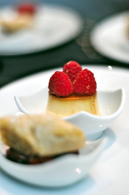 Dessert mit vanillecreme und Himbeere
