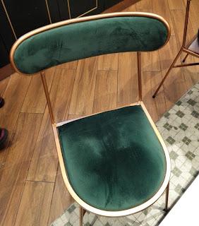 ベルベット調の椅子