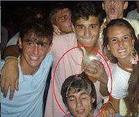 Lustige junge Männer mit Bier - Partyfotos zum lachen