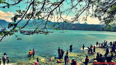 wisata di tulungagung-para wisatawan pantai sidem