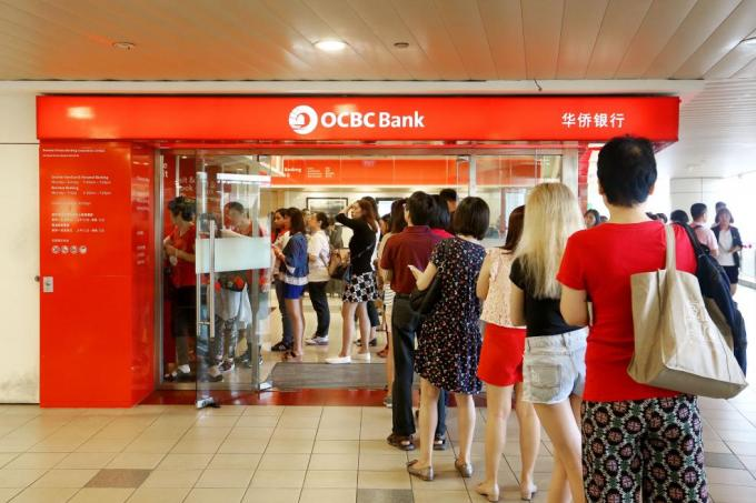 Queues formed at banks and cash deposit machines across Singapore yesterday, (立春 Lì chūn) or Farmers' Day (農民節 Nóng mín jié).
