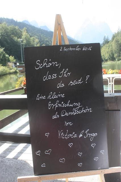 Begrüßungstafel - Heiraten in Bayern, Hochzeit in den Bergen von Garmisch-Partenkirchen, Riessersee Hotel - getting married in Bavaria, Bavarian style wedding, dunkelblau und bunte Wiesenblumen