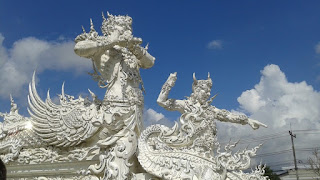 Detalle del puente del Templo Blanco de Chiang Rai
