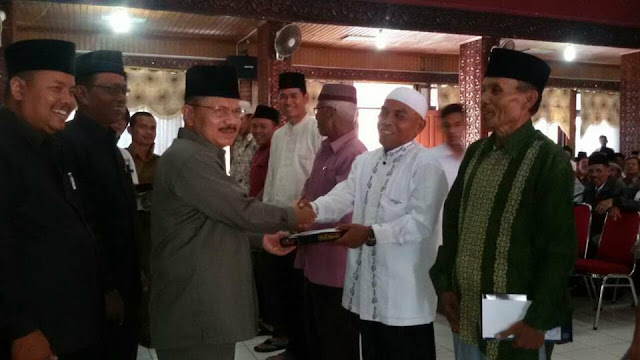 Ali Mukhni Salurkan Insentif Baznas Pada 379 Pengurus Masjid dan Pesantren