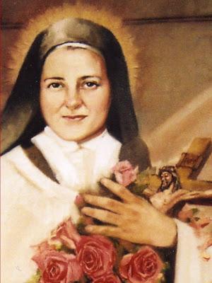 La Santa sonriendo con un crucifijo y rosas entre los brazos