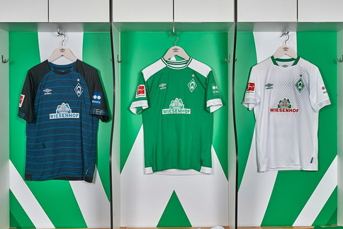 8a2b7623c4 El equipacion Werder Bremen 2018 2019 Segunda también tiene un aspecto  contemporáneo en verde oscuro y negro. Las telas a rayas horizontales y los  aros ...