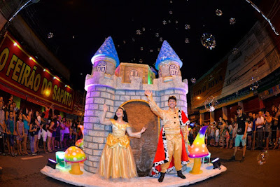 Avenida lotada na primeira apresentação da Parada de Natal em Registro-SP