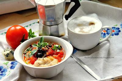 409. Wytrawna kasza manna z pomidorami i oliwkami na syte śniadanie