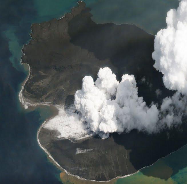 Incredibili foto prima/dopo l'eruzione del Vulcano Krakatau che ha provocato lo tsunami in Indonesia.