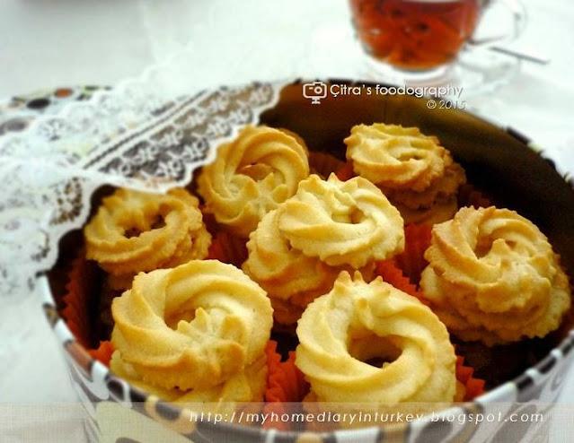 Klassiske Vaniljekranse / Danish Butter Cookies Recipe | Çitra's Home Diary