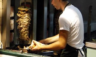 Οργιάζουν οι Έλληνες για το σουβλάκι στα 3 ευρώ: Θα καταλήξουμε με πιτόγυρα στη μαύρη αγορά
