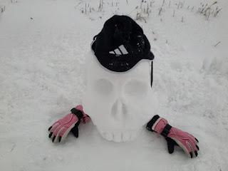 череп из снега в шапке