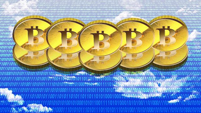 天空にそびえたつ、ビットコインのイメージ壁紙