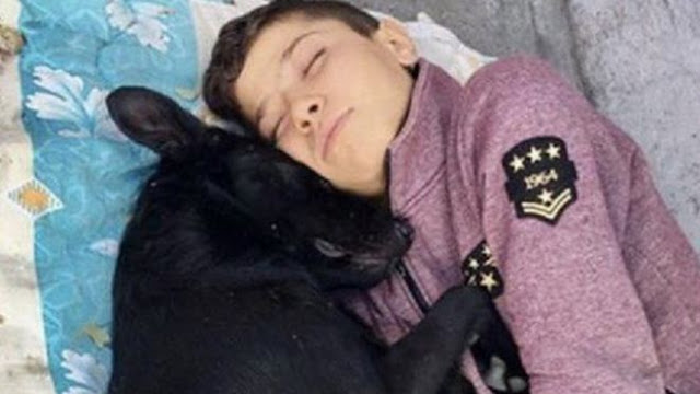 طفل سوري لم يجد مأو آمن إلا في حضن كلب