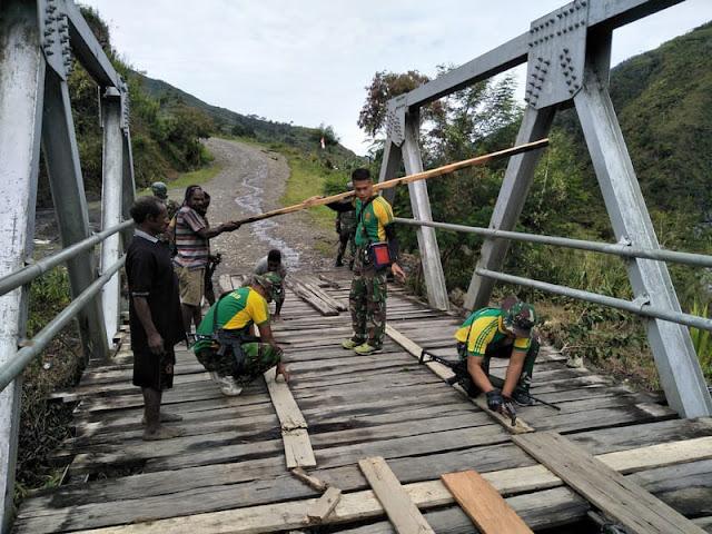 Satgas Yonif MR 412 Kostrad Perbaiki Jembatan di Perbatasan