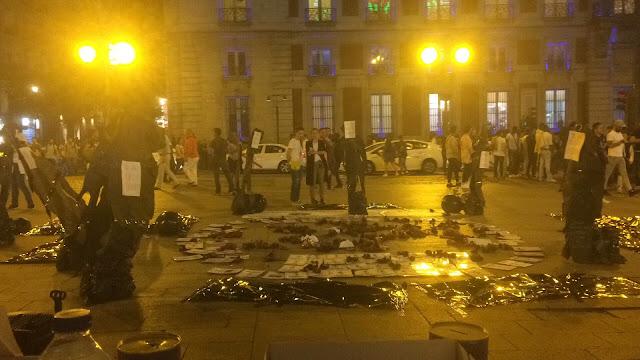 Imagen nocturna en tonos amarillentos en las que unos focos iluminan los testimonios en el suelo de las mujeres asesinadas