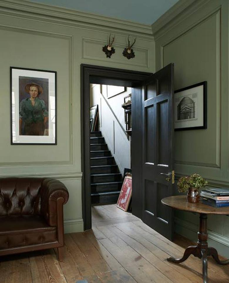 wnętrze z kolorem zielonym i drewnem