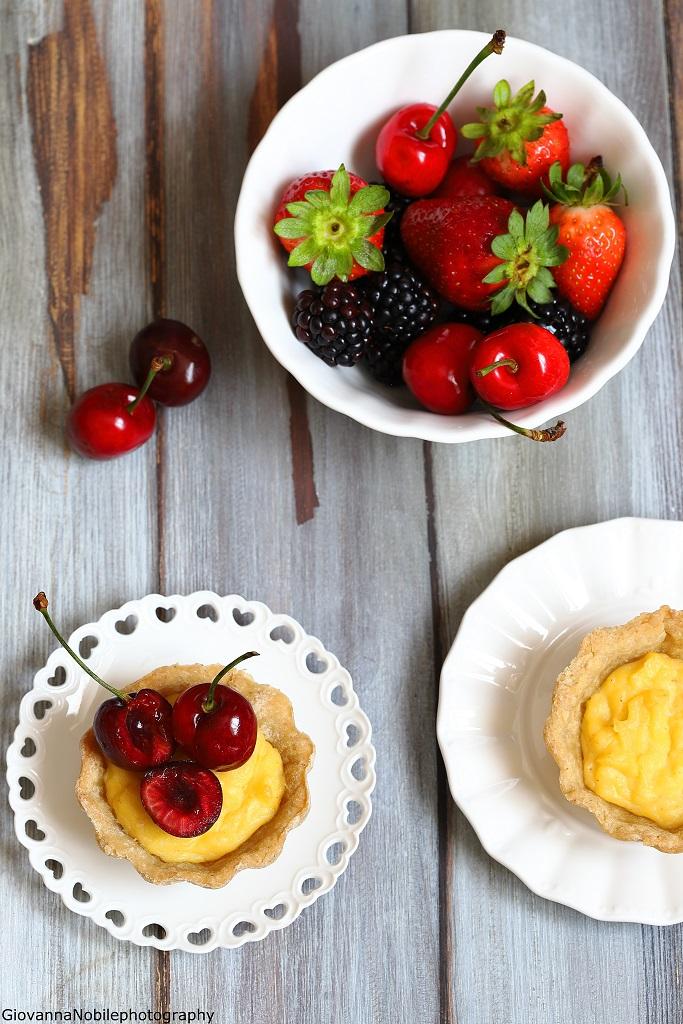 Crostatine con crema alla vaniglia e ciliegie