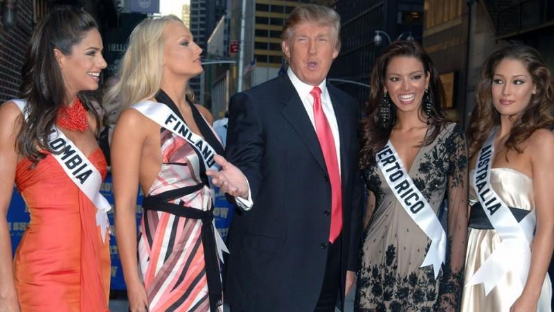 Miss Finlandia (kedua dari kiri) bersama Donald Trump pada Miss Universe 2006