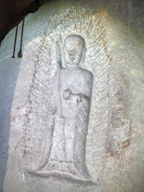 磨崖地蔵菩薩立像(右から撮影)
