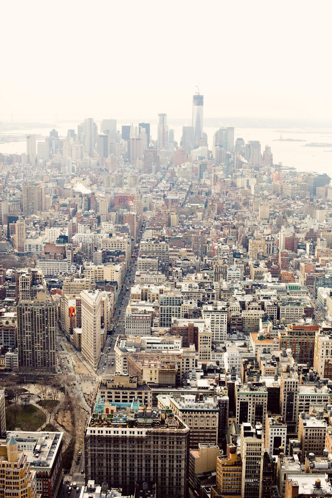 Empire State Building: Wallpaper Free Download: NYC Date: Kiss At The Top Of The