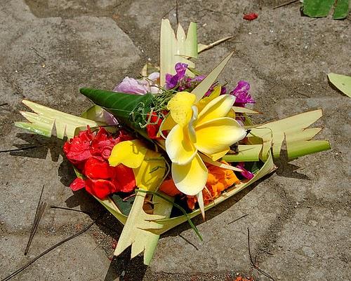 Offerta di fiori, lasciata su una strada di Bali